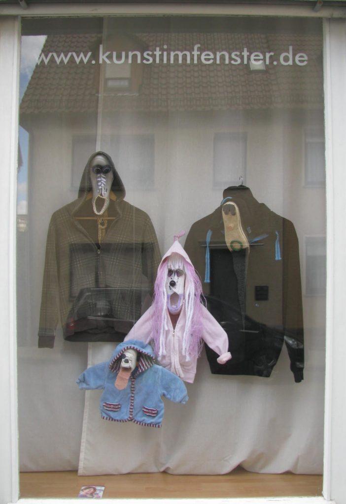 Fenster mit Upcycling Objekten